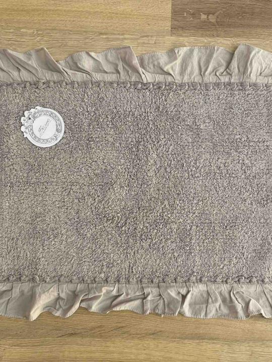 Tappeto rettangolare grigio con frills