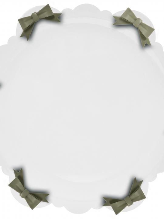 Piatto torta bianco con fiocco tortora