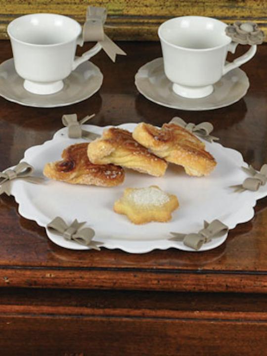 Piatto torta bianco con fiocco tortora piccolo